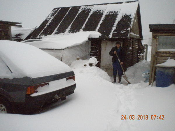 dscn3579.jpg Олег чистит дорожки