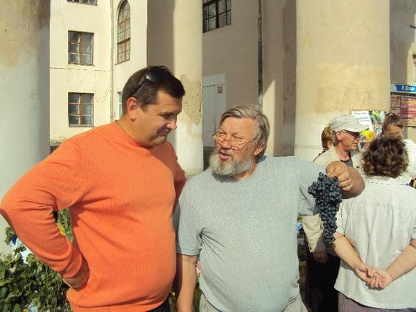 glava_administracii_g_yuzhnouralska_sobolev_i_ya_s_grozdyu_vinograda_sorta_prmyati_dombkovskoy.jpg