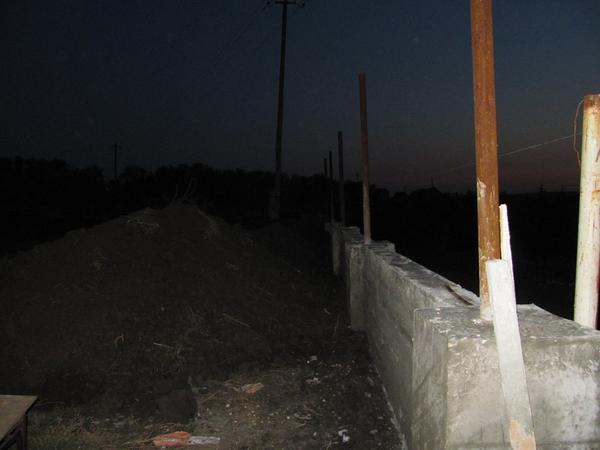 успела сфоткать вечером высоту фундамента, позже все разровняли, и он почти скрылся в земле