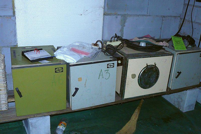 Три инкубатора ИПХ-10 и один ИПХ-5 (второй слева) - очень старая модель, но до сих пор живой и исправно работает...