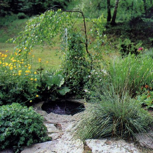Миниатюрный фонтан в небольшом водоеме — пример использования воды в саду. Если эту композицию дополнить со вкусом подобранными растениями (преимущественно многолетниками), будет очень эффектный пейзаж